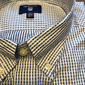 Varetype: Langærmet Farve: Lys Blå Oprindelig købspris: 900 kr.  Super let 100 % bomulds skjorte, top kvalitet 😊