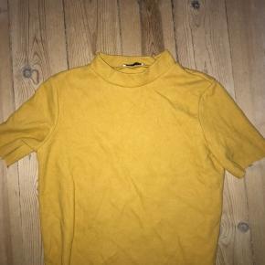 Gul sweater/bluse med høj hals fra ZARA. Str EU/USA L.