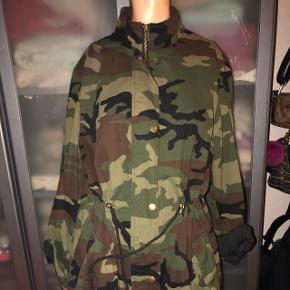 Army jakke, kan spændes ind eller være løs i livet. ✨