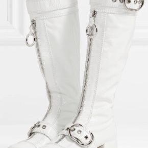 Miu Miu patent White boots med buckle detail - kun brugt en enkelt gang udendørs, nypris var 13.000 DKK - jeg købe dem dog selv for mindre ubrugt på vestiaire collective, hvor de er tjekket for ægtehed osv. Jeg kunne desværre ikke passe dem, så nu bliver de brugt til photoshoots i ny og næ - ser på bla. Emilie sindlev.  Tager ikke imod bud under og bytter ikke.