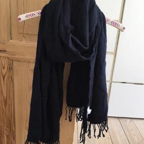 Varetype: Halstørklæde Størrelse: Os Farve: Navy  Chunky uldtørklæde med frynser. 100 % uld.   Pris omkring 150 kr.   Modtager helst bud uden Porto. Foretrækker handel med mobile pay.