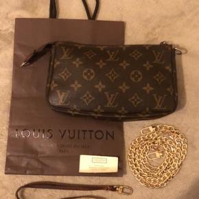 Louis Vuitton Pochette Acc. I monogram.  Alt på billedet medfølger. LYNLÅS er ikke lv da hele stykket er udskiftet