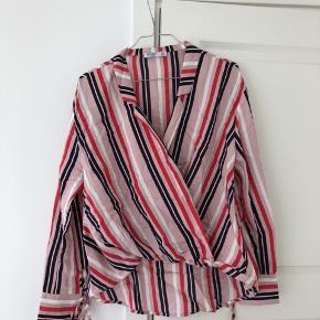 Fin skjorte fra Bershka i lyserød. Er aldrig blevet brugt