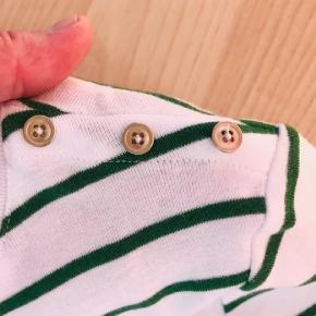 Varetype: T-shirt Farve: Grøn,  Hvid  Lækker t-shirt fra Esprit. 100 % organic cotten/bomuld. Blød og elastisk Fin pynteknap detalje ved skulderen. Let figursyet, tætsiddende model Super dejlig at have på.