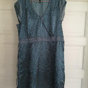 Super flot kjole str 46. Desværre for stor til mig! Falder flot og er lækker at have på!