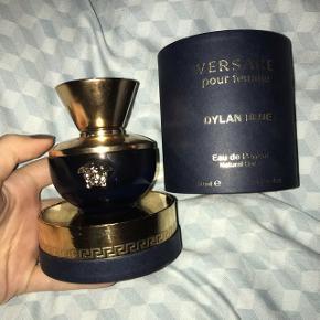 Versace pour femme Dylan Blue Eau de Parfum parfume i 50 ml. Den er brugt meget få gange. Kommer i en utrolig flot pakning og en luksuriøs flakon.   Np: 630kr (vejledende pris i Matas) Mp: 400kr  Kan afhentes i Esbjerg eller sendes med DAO :))