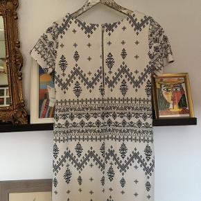 Hvid T-shirt-kjole fra VILA med mørkeblå print i relativt tykt stof. Næsten aldrig brugt.