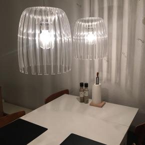 2x spisebordslamper. Måler 22cm i diameter og 34cm i højden. Kan ikke huske mærket.  Giver et rigtig godt lys, som spredes flot i rummet.   God stand.   Globepærer medfølger.