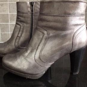 Varetype: Fede sølvfarvede støvler. Sølvstøvler. Sølv støvler Farve: Sølv Oprindelig købspris: 1300 kr.  Har disse fede sølvstøvler fra Debbie til salg, i str. 40. De er brugt 4-5 gange max!  Efter 1. gang fik jeg nye hæle på, som kostede 150 kr. eller sådan noget hos skomageren.  Selve støvlerne har kostet kr. 1300,-  Efter 1. gang jeg havde dem på, pudsede jeg dem med noget sølvfarvet læderfedt. Det er derfor de ser sådan ud som de gør :)  Mp: 150,- pp Kan afhentes i Valby eller sendes på købers regning.   Se også mine andre mange annoncer.