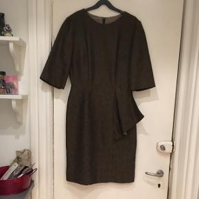 Flot vintage - retro  kjole i grøn - brunt brokade stof. Størrelsen er en medium ca. Mål: bryst: 94 cm. Liv: 74 cm. Længde: 99 cm. Standen er rigtig god.