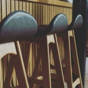 Aldrig brugt, står i original emballage.   Buch barstol i massiv olieret valnød træ polstret med sort okselæder. Arkitekt Erik Buch Sædehøjde 77 cm  Har 1 stk.   Købspris kr. 4300