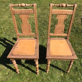 To antikke stole til salg. Sat til salg som slidt da de har nogle år på bagen men stadig fungerer optimalt. Stolene er 105cm høje. De kan afhentes i Sorø. De er ikke lakerede så de kan males. Man kan sætte en pude på sædet men man sidder også helt fint uden. Skriv for spørgsmål:-)