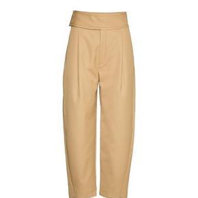 Smukkeste bukser i lækker kvalitet   Lige landet i butikkerne. Nypris 1950,-   Brugt 1 gang.  Bytter ikke. BYD