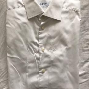 Eton skjorte, str 42 16 1/2 slim fit   Nypris 1-1.100 kr.   Har 4 stk. i denne hvide farve. Koster 200 kr. pr stk