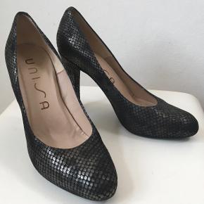 Superelegante sko i skind med plateau - brugt ved en enkelt lejlighed  Den indvendige længde er 25,5 cm, hælen er 10,9 cm høj, plateau er 2 cm, det bredeste sted er 8 cm  Bud fra kr 400 plus porto  Kan afhentes København, Østerbro  Bytter ikke