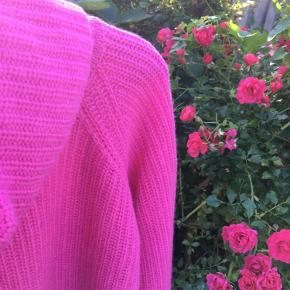 Denne fantastiske bluse fra Benetton er desværre for lille til mig. Den blev købt på grund af den virkelig smukke farve som dog ikke bliver helt præcist gengivet på billederne. En virkelig smuk pink sweater i en uld, viscose, cashmere blanding som er meget behagelig at have på. Brugt måske 2 gange. Blusen er forholdsvis kort (ca.50 cm fra skulder).