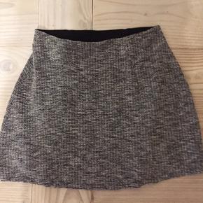 Rigtig sød nederdel. Passes også af en M  Længde ca 40 cm