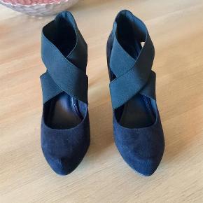 Varetype: Heels Farve: Sort   Smukke heels som sidder vidunderligt på foden pga. Elastikkerne. God kvalitet og feminint råt design. Desværre for store til mig.   Ønskes handel med gebyr, betales dette af køber☺️