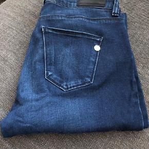 """Varetype: Skinny Størrelse: 27/31"""" Farve: Mørkeblå  Pæne og velholdte jeans fra Pieszak. Standen er i den ret gode ende af GMB. Modellen er Paulina og Fit er Mid rise & Zip skinny Fit."""
