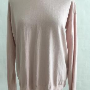 Varetype: Bluse Størrelse: XS/S Farve: Rosa Oprindelig købspris: 1000 kr..  Super flot bluse, med lynlås på ryggen. 85% viscose 15% Nylon. Brugt få gange. Rigtig fin stand.