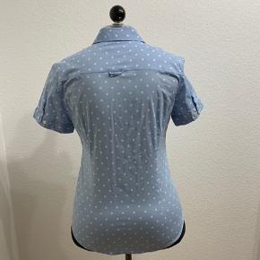 Super fin lyseblå GANT skjorte med hvide prikker og korte ærmer👌 fremstår i perfekt stand🤩