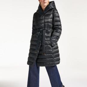 Nypris 5.700 kr. Vendbar. Netop købt i Rom. Fejlkøb. Du får den til samme pris, som jeg gav, hvilket giver en god besparelse. Basismodel (kommer ikke på udsalg) Kan sendes eller hentes i Gentofte.   Se mere på hjemmesiden  https://dk.maxmara.com/p-9486038606003-novef-black Hooded down jacket with Siberian down feather padding, button fastening, a matching belt and a contrasting belt. This reversible item features a quilted iridescent satin side and a smooth drop-proof nylon taffeta side with iridescent satin details. This model comes with a travel case and can be customised with accessories from the The Cube collection. Accessories sold separately.