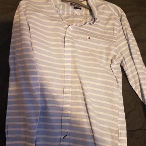 Lyseblå/hvidstribet skjorte fra Tommy Hilfiger - brugt få gange