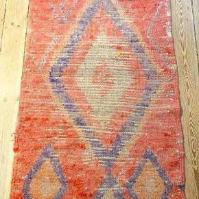 Marrokansk gulvtæppe fra Craft Sisters på Jægersborggade. 137 x 84 cm. Brugt men i fin stand