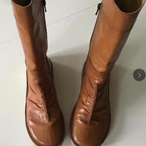 Super lækre læderstøvler. Indvendig sållængde 24 cm. Jeg kan ikke finde str. i dem, men de passer str 37,5. Lynlås i siden.