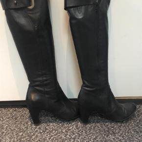 Varetype: Støvler Farve: Sort Oprindelig købspris: 1699 kr.  Brugt få gange -som nye