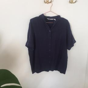 Mørkeblå skjorte T-shirt  Bud er velkomne