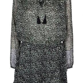 Smukkeste leo-kjole fra Neo Noir. Str. M, men fitter også S super. Kun brugt en enkelt gang.   #30dayssellout