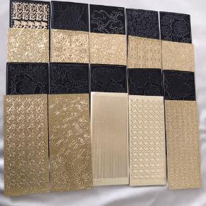 Virkelig smukke sorte og gyldne ark fyldt med stickers, som er ubrugte.     Købet her indeholder i alt 20 stk. ark, som jeg sælger samlet til en meget lav pris.     Stickers kan bruges til dekoration af kort, navnekort m.m.   Hvert ark måler 20*10 cm