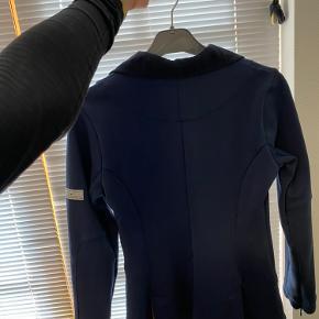 Fin Animo stævne jakke, kan sagtens se den har været brugt, men er stadig i fin stand  Str: ca en xs