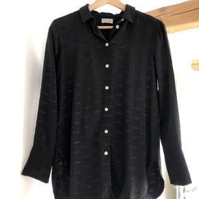 Så lækker skjorte fra Malene Birger med flotte læber i mønsteret. Brugt meget begrænset.