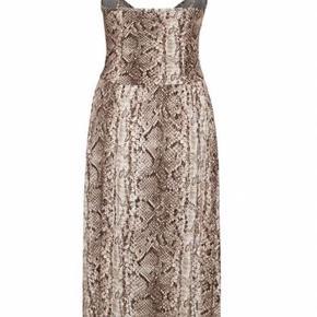 Super lækker kjole fra Soaked in Luxury - kan passes af både str. 36 ohg 38. Fin som sommerkjole som den er, men kan også styles med t-shirt og bukser under. Virkelig behagelig og flot. Nypris 600,-