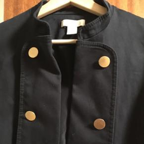 Ubrugt jakke med flotte detaljer 😊Farven er mørkeblå 🤗  Str. 44 men svarer til M/lille L