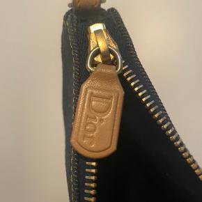 Dior Denim Mini Saddlebag. Har et hak i remmen, men kun noget der ses på tæt hold. Desværre har jeg forlagt dustbag, tasken er produceret i 2002, og jeg købte den secoundhand i 2005, den har været brugt meget lidt. Flere billeder kan selvfølgelig sendes ved interesse.