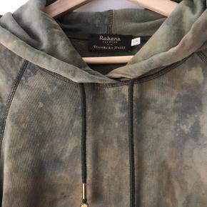 """Unik tie-dye hoodie i smukke grønlige farvenuancer fra Rabens Saloner 💚  Kuglerne ved snørerne er lavet af Shamballa Jewels.   Størrelsen er S/M og modellen er unisex. Den er løs og lækker med blødt """"plys"""" indvendigt.  Vær opmærksom på, at der kan forekomme små """"pletter"""" i farven, sådan er den købt, da den er håndfarvet.  #tiedye #batik #hættebluse #sweatshirt #sweater"""
