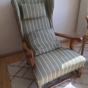 Pæn, velholdt lænestol med tilhørende pude. Har et mindre rødt mærke, som ses på billedet. Kan afhentes i Aarhus :-)