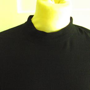 Bluse i crepet viscose med V- udskæring i ryggen. Knapper i nakke og ved ærmer. Er en str. large, men ikke stor i str. : Brystvidde ca. 51 cm x 2, længde ca. 68-69 cm, runder lidt forneden.
