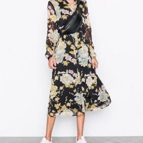 Jeg sælger denne fine kjole fra Vero Moda, da jeg ikke får den brugt. Jeg har brugt den to gange, så den er næsten som ny.