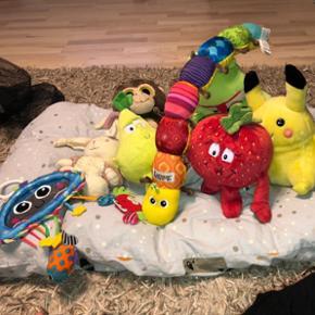 7 bamser. Aldrig brugt. Slangen og legetøj til barnevognen er fra Lamaze. Nogle af bamserne kan lave lyde.