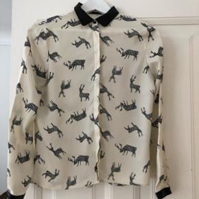 Zara silke skjorte med fint print. Imiteret læder ved ærmer og i kraven. Str. S. Brugt meget få gange.