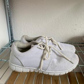 Hvide sko i str 36. Kom med bud.