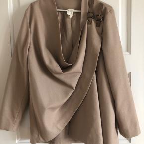 Fin jakke fra Monki med spændelukning. Brugt få gange og er derfor i fin stand:) kan sendes mod betaling.