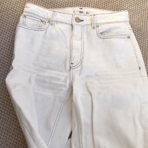 Jeans fra Mango, som jeg ikke får brugt længere. Jeg har klippet dem for neden, idet de var for lange til mig, hvilket er grunden til den detalje, som er kommet for enden af buksebenet. Jeg synes dog ikke, at dette gør noget dårligt for bukserne og har altså selv brugt dem således. Jeg er 173 cm høj og fitter normalt en str. 36 i bukser eller str. 26/32.  Skriv endelig for flere billeder eller eventuelle bud:))  - Røgfrit hjem.  Jeg forbeholder mig selvfølgelig til ikke at sælge, hvis rette bud ikke opnås.  #Secondchancesummer