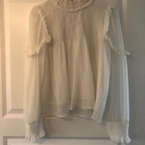 Så sød skjorte / bluse med mange feminine detaljer Modellen på billedet bruger normalt str  S/M