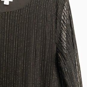 Flot kjole med gulglimmer. Brugt begrænset - er fin stand.  Længde ca. 120 cm.  Brystbredde ca. 55 cm.