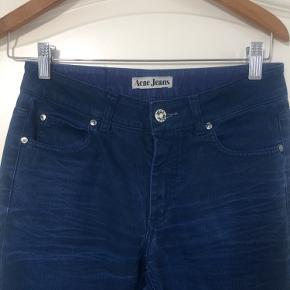 Acne jeans, str 28/34.... model HEX USED TWILL BLUE.... vokset og let stretch Skinny jeans. Fremstår som næsten ny, brugt 2 gange. Pris + Porto( DAO). Gerne mobilpay eller TS-handel + 2,5%